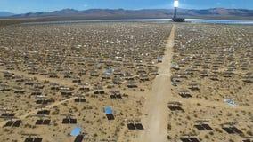 Comitati solari su un tetto L'energia solare una fonte alternativa di energia è pannelli solari Fotografia Stock