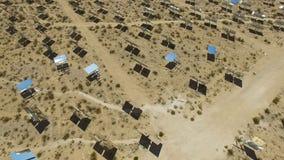 Comitati solari su un tetto L'energia solare una fonte alternativa di energia è pannelli solari Fotografia Stock Libera da Diritti