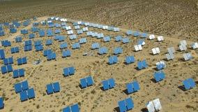 Comitati solari su un tetto L'energia solare una fonte alternativa di energia è pannelli solari Immagine Stock Libera da Diritti