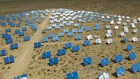 Comitati solari su un tetto L'energia solare una fonte alternativa di energia è pannelli solari Fotografie Stock Libere da Diritti