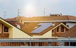 Comitati solari su un tetto Nuove tecnologie Facendo domanda per una casa fotografie stock libere da diritti