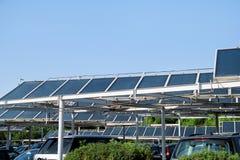 Comitati solari su un tetto Un pannello solare e una centrale elettrica installati sopra un parcheggio Immagini Stock Libere da Diritti