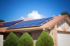 Comitati solari sul tetto immagine stock