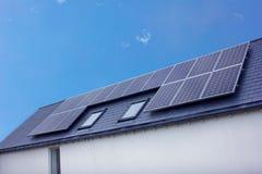 Comitati solari sul tetto della casa Fotografia Stock Libera da Diritti
