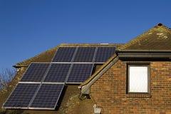 Comitati solari sulla casa fotografia stock libera da diritti