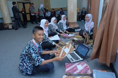 comitato di graduazione che prepara cerimonia fotografia stock