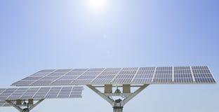 Comitato solare su cielo blu fotografia stock libera da diritti