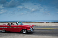Commande américaine classique de voiture sur la rue à La Havane, Cuba Images stock