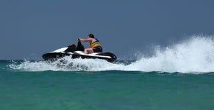 Commande d'homme sur le scooter de mer Images stock