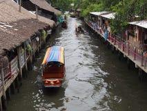 Commande de bateau sur le petit marché de flottement Bangkok Thaïlande de Chanel Ladmayom Image libre de droits
