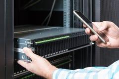 Commande de disques durs dans le système de stockage Photo stock