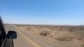 Commande de voiture dans le désert éthiopien banque de vidéos