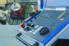 Commande numérique par ordinateur de cinq axes usinant avec la turbine de jet de coupe de panneau photo stock