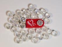 Commande rouge d'instantané d'USB avec le coeur, gemmes sur le fond clair Photographie stock libre de droits