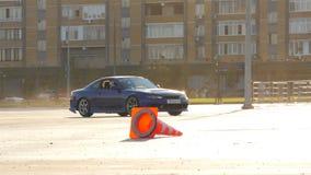 Commandes bleues de voiture de sport le long de place de course au soleil lumineux banque de vidéos