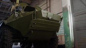 Commandes de véhicule de combat d'infanterie d'armée dans la boîte de réparation Dans le mouvement clips vidéos