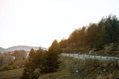Commandes de voiture sur la route d'enroulement sur la montagne image libre de droits