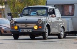 Commandes trabant allemandes de voiture sur une rue Photographie stock