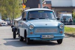 Commandes trabant allemandes de voiture sur une rue Photographie stock libre de droits