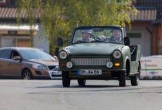 Commandes trabant allemandes de voiture sur une rue Image stock