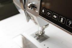commandez les boutons et l'écran tactile d'une machine à coudre automatisée moderne Photo stock