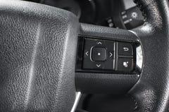Commandez les boutons sur le volant de véhicule Photographie stock