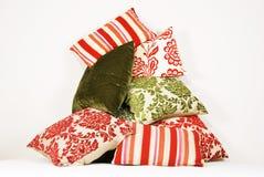 Commbination der bunten Kissen im Rot und im Grün Stockbilder