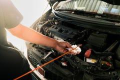 Comme le contrôle de pneu de filtre à air d'inspection d'huile images stock