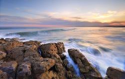 Comme le soleil place à la plage de Bherwerre Image stock