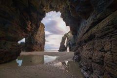 Comme plage, falaises et voûtes de Catedrais Images stock