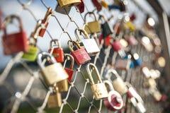 Comme promesse de l'amour, les cadenas étroits d'amants le long du pont Photographie stock