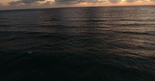 Comme une vague apparaît L'émergence d'une vague Vue supérieure des vagues énormes La mer calme semble seulement calme banque de vidéos