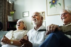 Commedia di sorveglianza della gente senior insieme fotografie stock