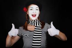 Commediante felice del mime che mostra i pollici in su Fotografia Stock