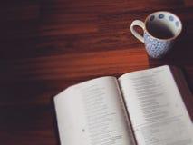Commençant le jour avec du café et Dieu Images stock