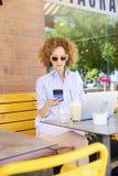 Commençant votre jour au café Photos libres de droits