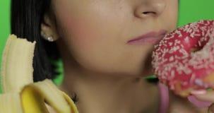 Commencer la consommation saine Dites non ? la nourriture industrielle Beignet ou banane bien choisi ? manger clips vidéos