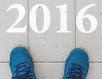 Commencez à la nouvelle année 2016 - vue supérieure de l'homme marchant sur la route Photos libres de droits