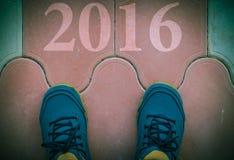 Commencez à la nouvelle année 2016 - vue supérieure de l'homme marchant sur la route Photographie stock