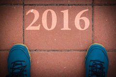 Commencez à la nouvelle année 2016 - vue supérieure de l'homme marchant sur la route Images stock