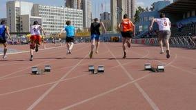 Commencez à sprinter 100 athlètes d'hommes de mètres clips vidéos