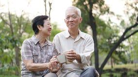 Commencez jour avec du café de matin, sitti de couples retiré par aîné asiatique Photographie stock