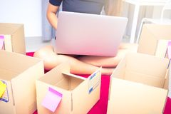 Commencez l'entrepreneur d'affaires ou le concept indépendant de femme, dactylographiant l'ordinateur avec la boîte, la boîte d'e photos libres de droits