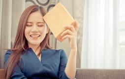 Commencez l'entrepreneur féminin de magasin en ligne avec le paquet sur sa tête photos libres de droits