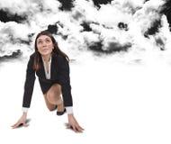 Commencez la femme au-dessous des nuages noirs photographie stock libre de droits