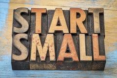 Commencez la petite bannière dans le type en bois d'impression typographique photo stock