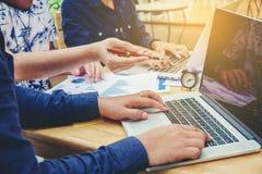 Commencez la réunion d'équipe d'affaires travailler à de nouvelles RP d'affaires d'ordinateur portable Image libre de droits