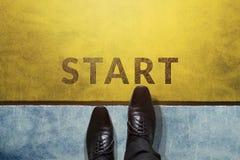 Commencez le concept, vue supérieure d'homme d'affaires sur les étapes international de chaussures d'Oxford Images libres de droits