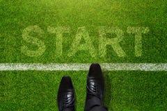 Commencez le concept, vue supérieure d'homme d'affaires sur les étapes international de chaussures d'Oxford Image libre de droits