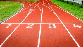 Commencez les nombres sur la voie courante sportive dans le stade Photographie stock libre de droits